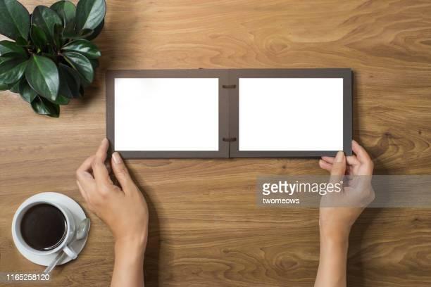 hands browsing photo album. - 撮影テーマ ストックフォトと画像