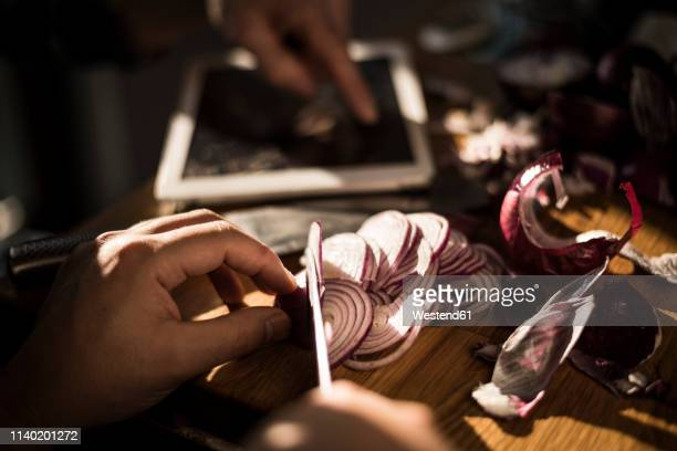 hands chopping onions - cortando preparando comida - fotografias e filmes do acervo