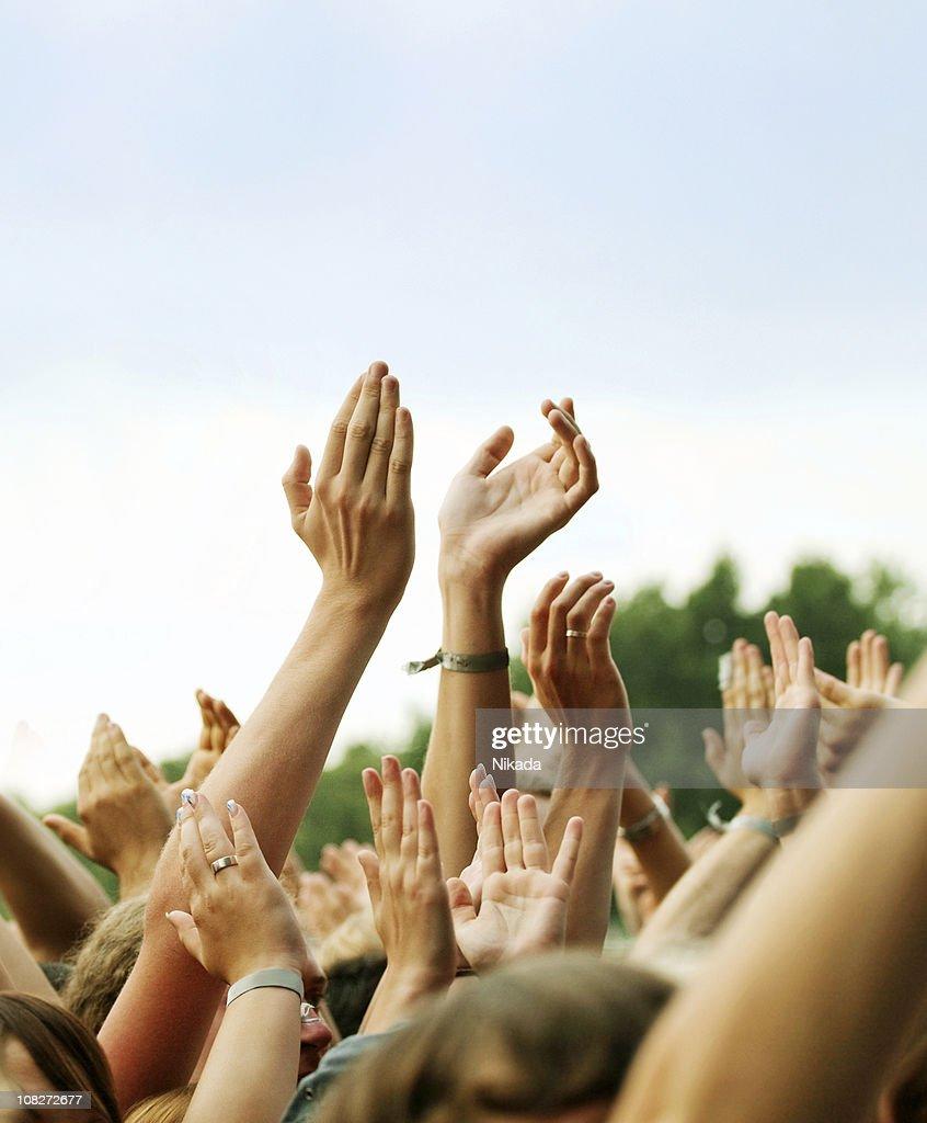 Hands Clapping in Crown Outdoors : Bildbanksbilder