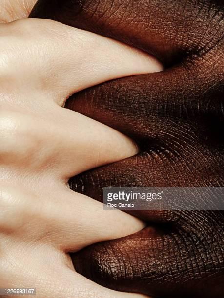 hands clasped - aferrarse fotografías e imágenes de stock