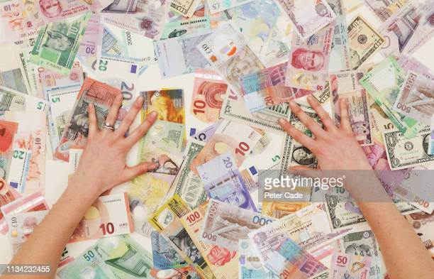 hands counting foreign currency - onderdeel van stockfoto's en -beelden