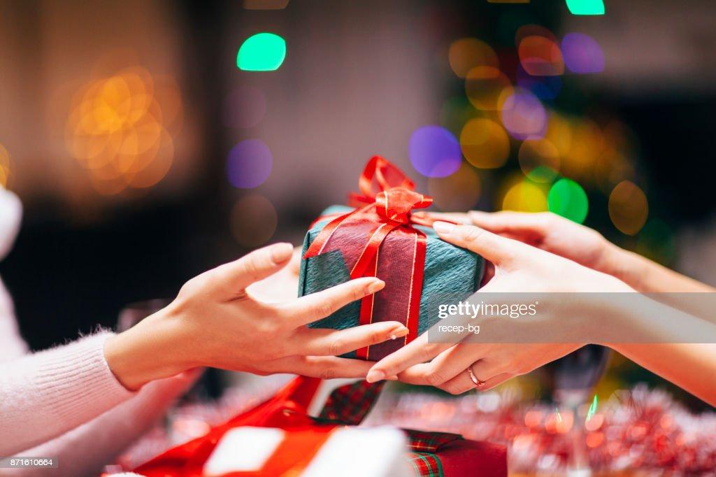 Mãos dando close-up do presente : Foto de stock