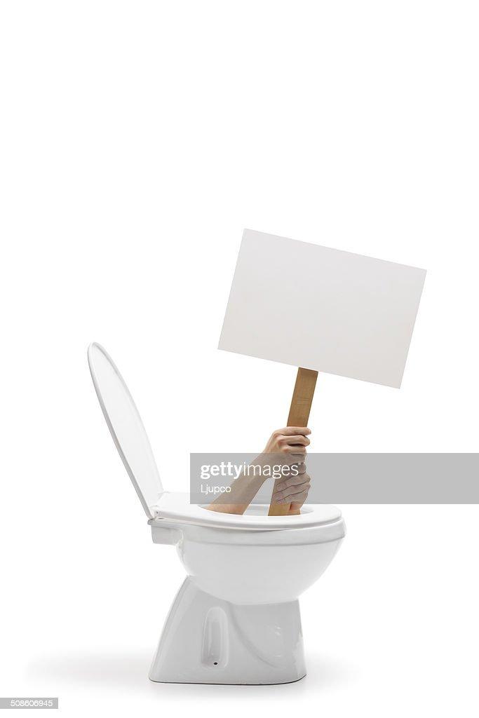 Mãos segurando um banner em branco do Fundo dentro de casa de banho : Foto de stock