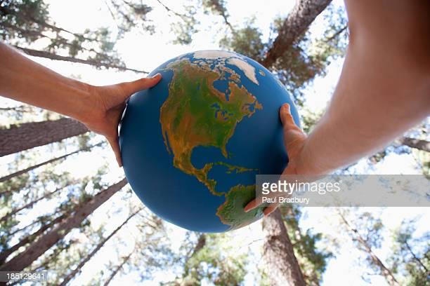 hands holding a globe - world kindness day - fotografias e filmes do acervo