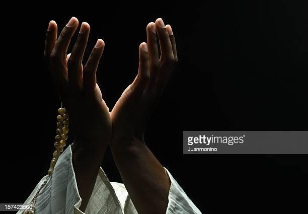 hands holding a muslim prayer beads - bidden stockfoto's en -beelden