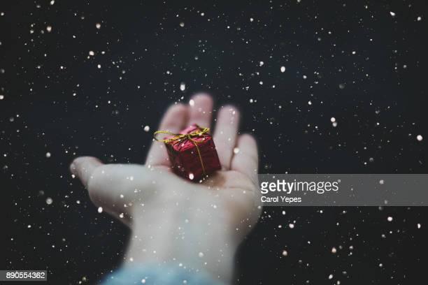 hands holding a small red gift - gift hand stock-fotos und bilder