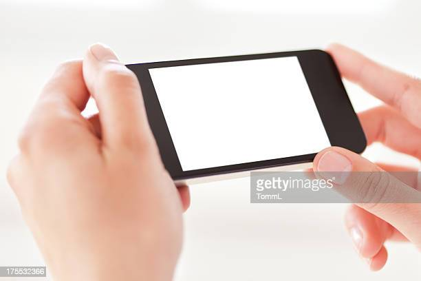 Hände halten ein Smartphone mit einem leeren, weißen Bildschirm.