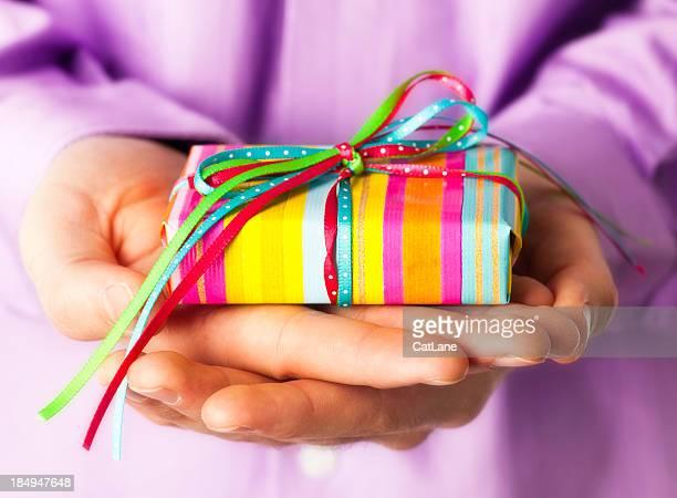 Hände halten Geschenk