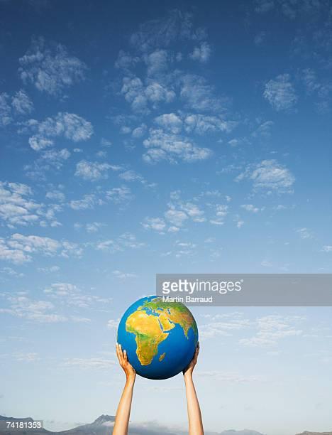 Hand holding Globus im Freien