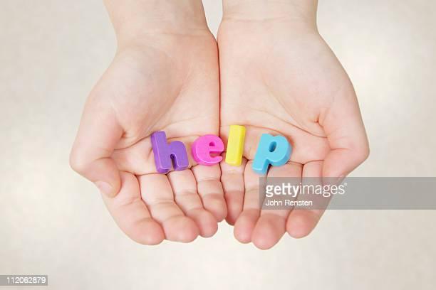 hands holding letters spelling words - help palavra única - fotografias e filmes do acervo
