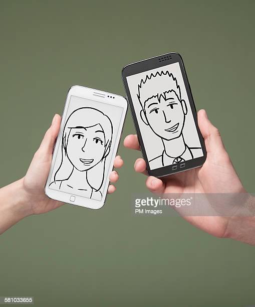 hands holding smart phones - deux objets photos et images de collection