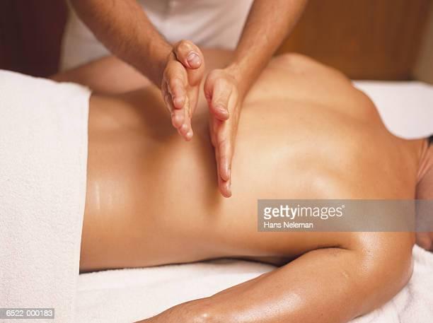 hands massaging man's back - erotische massage stockfoto's en -beelden