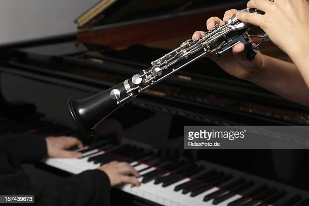 manos de clarinet y reproductores de piano - clarinete fotografías e imágenes de stock
