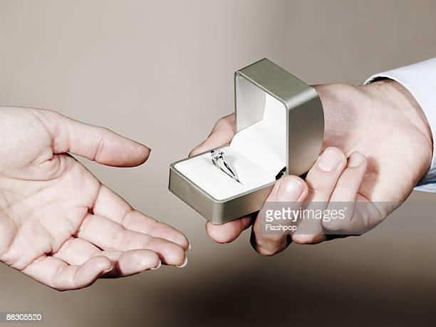 hands of people exchanging ring - caixa de joias - fotografias e filmes do acervo