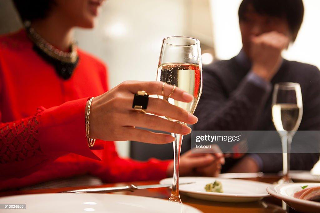 女性の手にはシャンパングラスを傾けて : ストックフォト