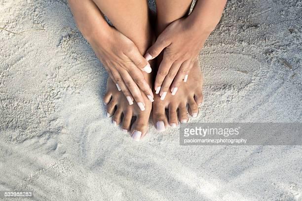 hands on bare feet on a white beach - beautiful bare women fotografías e imágenes de stock