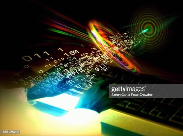 Manos en el teclado de la computadora, el código binario y el blanco.