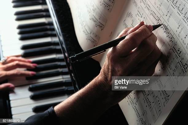 hands on piano keyboard - ピアノ奏者 ストックフォトと画像