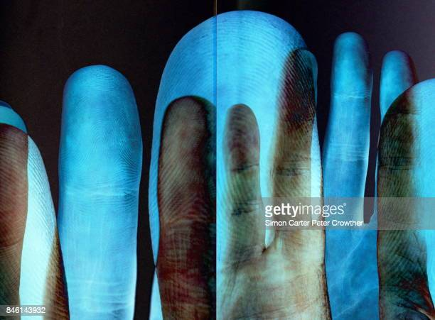 Hände, die überlappend, Fingerabdruck-Detail.