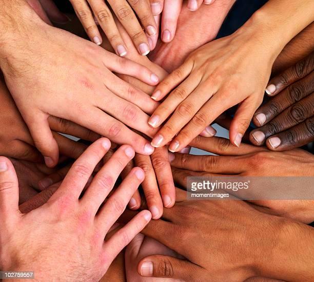 hands - main tendue photos et images de collection
