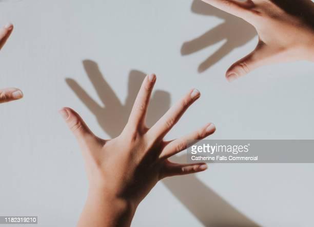 hands - 親指 ストックフォトと画像