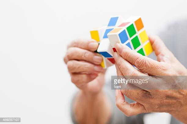 Hände spielt eine Würfelspiel