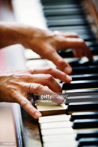 Mains jouant piano ancien allemand