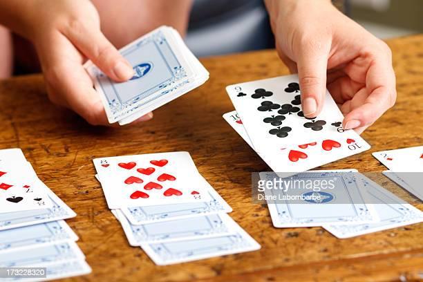 mani giocare per il gioco del solitario - solitario foto e immagini stock