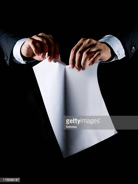 Hände ein Stück Papier Reißen