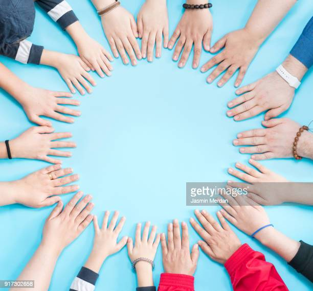 hands together in circle - groupe moyen de personnes photos et images de collection