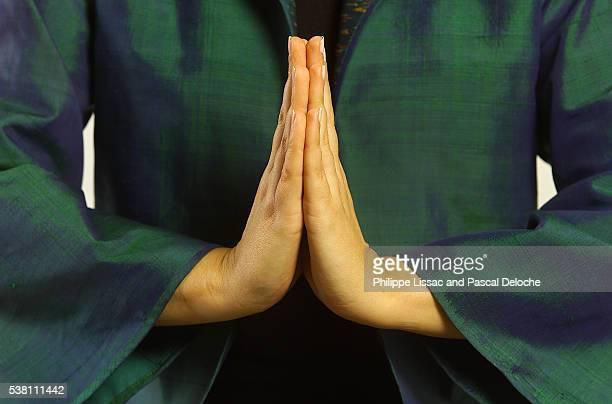 hands together in prayer or greeting - respeito - fotografias e filmes do acervo