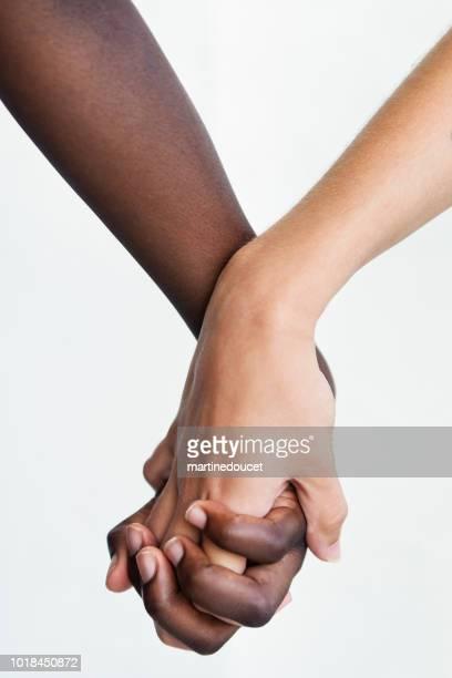 Hände mit verschiedenen Hautfarben auf weißem Hintergrund.