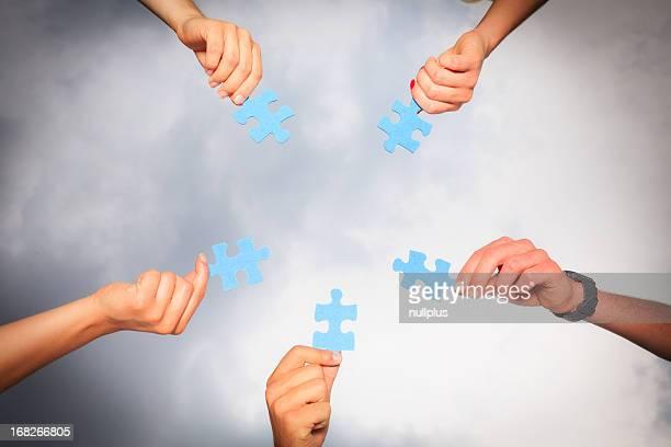 Mani con puzzle pezzi