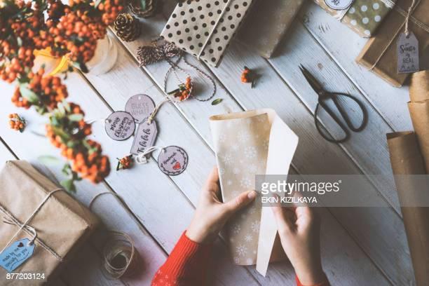 Hände mit roten Ärmel Pullover Verpackung Weihnachten Geschenk-box