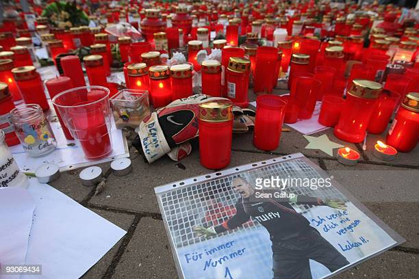 """Hand-scrawled note that reads: """"I will never forget you. Forever Number 1"""" on a pictuire of deceased Hannover 96 goalie Robert Enke lies among a sea..."""