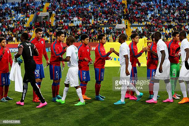 Handshak of peace betwenn the team of Chile and of Nigeria before the FIFA U17 Men's World Cup 2015 group A match between Chile and Nigeria at...