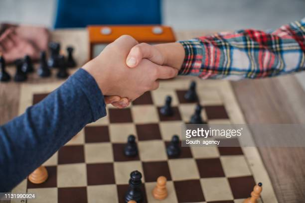 handshake after a game of chess - fair play sport foto e immagini stock
