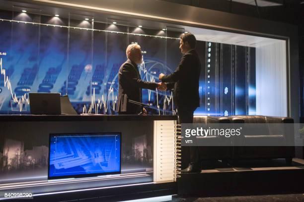 Handschlag im Fernsehstudio
