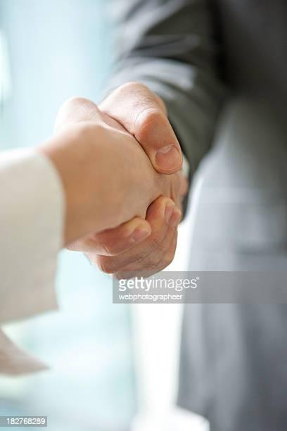 Estrechar las manos