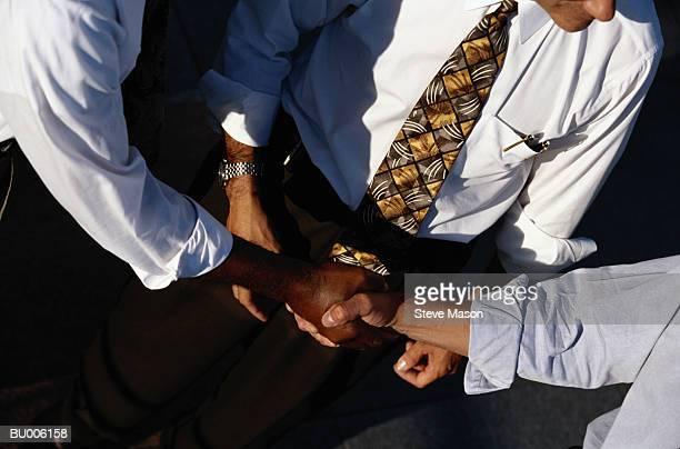 handshake - mid section fotografías e imágenes de stock