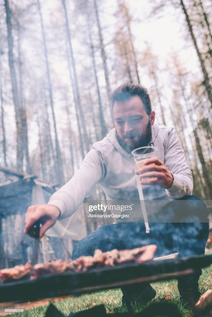 Schön Männchen machen Grill und Bier zu trinken : Stock-Foto