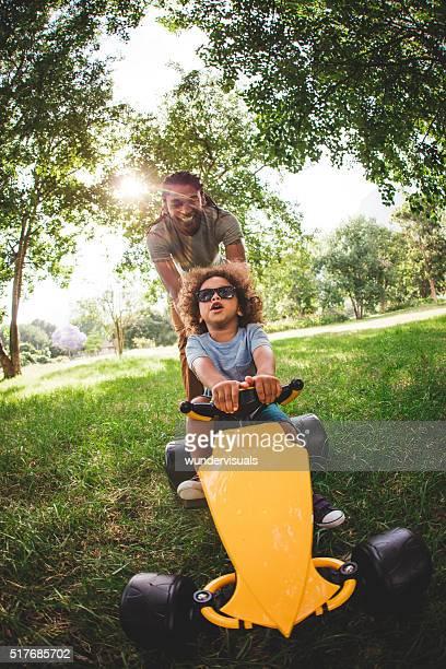 Attraktive afroamerikanischen Vater und Sohn spielen mit einem Gefühl, ca