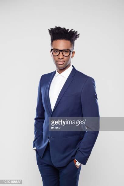 apuesto hombre de negocios americano afro en estudio - izusek fotografías e imágenes de stock