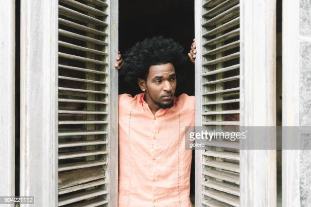 hübscher Afro-karibischen kubanischen Mann aus Fenster