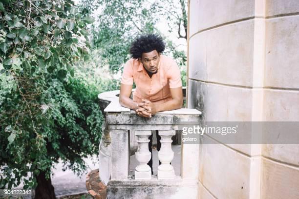 hübscher Afro-karibischen kubanischen Mann auf Balkon der alten villa