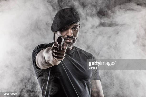Veiligheidsagent knappe, zwart, middelste en leeftijd