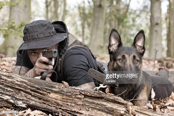agente de segurança de meia idade preto considerável que trabalha com cão de guarda nas florestas - cão adestrado - fotografias e filmes do acervo