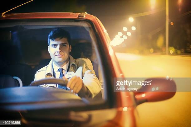 Attraktive Geschäftsmann in einem Auto