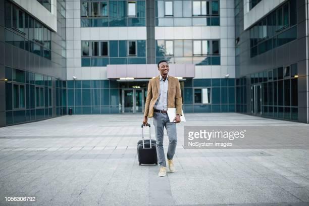 ビジネス出張でハンサムな実業家。 - スマートカジュアル ストックフォトと画像