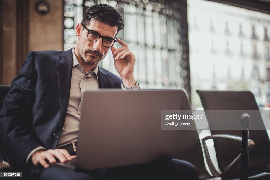 Gut aussehend Geschäftsmann mit laptop : Stock-Foto